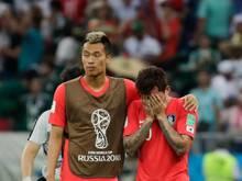 Hyun-soo Jang (r.) aus Südkorea wird nach dem Spiel gegen Mexiko von seinem Mitspieler getröstet
