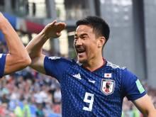 Shinji Okazaki bejubelt einen Treffer im Spiel gegen Kolumbien