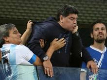 Maradona musste zwischenzeitlich gestützt werden