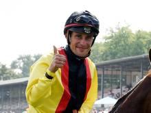 Jockey Alexander Pietsch hat im Sattel von Julio in Hamburg den Flieger-Preis gewonnen. Foto: Rainer Jensen