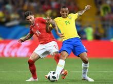 Der Brasilianer Danilo (r) verletzte sich am Sprunggelenk