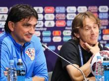 Luka Modric (re.) und Kroatiens Trainer Zlatko Dalic wollen das WM-Finale genießen