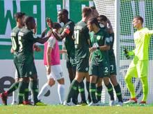 Wolfsburgs Spieler feiern das späte Tor zum 1:0 beim SV Elversberg