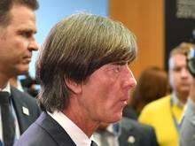 Joachim Löw (M) macht seine Zukunft als Bundestrainer vom Erfolg der nächsten Monate abhängig