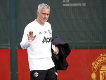 Für Coach José Mourinho war beim Training von Manchester United der Ärger beim Spiel gegen den FC Chelsea vergessen