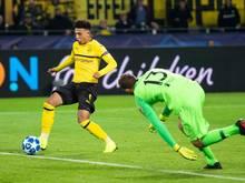 BVB-Youngster Jadon Sancho (l) schiebt zum 3:0 ein