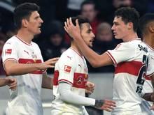 Stuttgarts Benjamin Pavard (r) und Mario Gomez (l) jubeln mit dem Torschützen zum 1:0, Anastasios Donis.