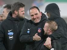 Viertelfinale erreicht: Heidenheim-Coach Frank Schmidt (M.) feiert den Sieg über Leverkusen