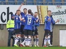 Bielefelds Torschütze Fabian Klos feiert seinen Treffer zum 1:0