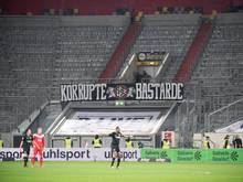 Um gegen die Montagsspiele zu demonstrieren, bleibt die Frankfurter Fantribüne eine Halbzeit leer
