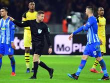 Schiedsrichter Tobias Welz (M) hat Vedad Ibisevic (r) die Rote Karte gezeigt und weist ihn vom Feld