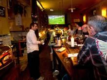 Auch eine Möglichkeit das Finale der Champions League zu sehen: Zusammen mit anderen Fußballfans in einer Sportsbar