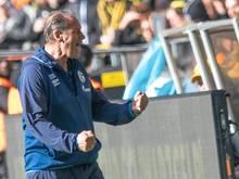 Trainer Huub Stevens ist noch ein Spiel beim FC Schalke 04 im Amt
