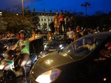 Fans der algerischen Nationalmannschaft feiern auf der Champs-Elysées