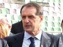 Als neuer Nationaltrainer von Montenegro gibt Faruk Hadzibegic seinen Einstand beim Testspiel gegen Ungarn im September