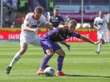 Osnabrücks David Blacha (r) schirmt den Ball gegen Heidenheims Patrick Mainka ab. Foto: Friso Gentsch