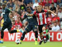 Kölns Jhon Córdoba (M) versucht den Ball vor Southamptons James Ward-Prowse (r) abzuschirmen