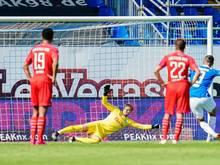 Darmstadts Serdar Dursun (r,) schießt per Elfmeter das Tor zum 2:0 gegen Kiel