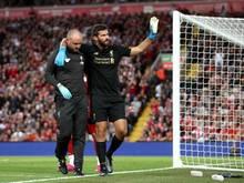 Vorzeitiges Aus: Liverpool-Keeper Alisson (r) humpelt vom Platz