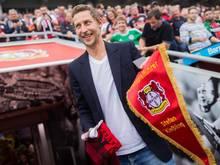 Leverkusens Stefan Kießling wurde vor dem Spiel zum Ehrenspielführer ernannt
