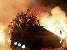 Spieler und Fans von Roter Stern Belgrad feiern mit Fackeln auf einem offenen Panzerfahrzeug