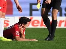 Freiburgs Nicolas Höfler von Freiburg liegt verletzt und blutend auf dem Rasen