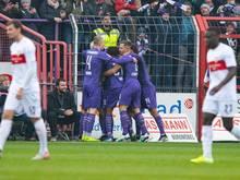 Osnabrücks Spieler (M) feiern das 1:0 gegen den VfB Stuttgart