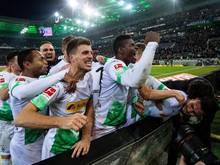 Die Gladbacher bejubeln einen Last-Minute-Sieg gegen den FC Bayern München