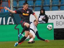 Der Bochumer Simon Lorenz (r.) und der Regensburger Andreas Albers kämpfen um den Ball