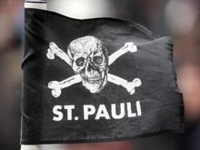 Die Totenkopf-Flagge des FC St. Pauli sorgt in England für Wirbel