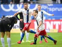 Torschütze Lukas Hinterseer (2.v.l.) feierte mit dem HSV gegen den KSC einen Heimsieg. Foto: Daniel Bockwoldt/dpa