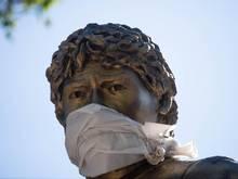 Die Statue von Diego Armand Maradona in Buenos Aires trägt nun auch einen Mundschutz