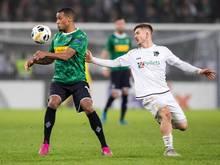 Romano Schmid (r.) in der Europa League in Aktion für den Wolfsberger AC
