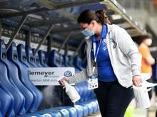 Vor Spielbeginn wurden in Bochum die Spielerbänke desinfiziert