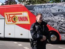 Die Berliner Polizei löste vor dem Heimspiel des 1. FC Union gegen den FC Bayern München eine kleinere Menschenansammlung auf