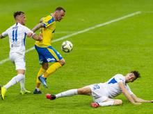 FK Teplices Jakub Řezníček (M) setzt sich gegen Slovan Liberecs Matej Hybs (l) und Jakub Pesek durch