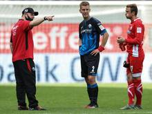 Paderborns Trainer Steffen Baumgart spricht nach dem Spiel mit Uwe Hünemeier und Torwart Leopold Zingerle (v.l.n.r.)