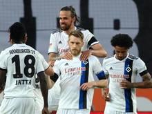 Aaron Hunt (M.) bleibt dem Hamburger SV noch länger erhalten