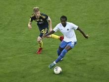 Rostows Danil Khromov (r) führt im Spiel gegen Sotschi den Ball. Der FK Rostow musste eine Nachwuchsmannschaft aufs Feld schicken. Foto: Uncredited/AP/dpa