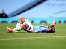 Sergio Agüero liegt beim Spiel gegen den FC Bunley verletzt auf dem Rasen und hält sich das Knie
