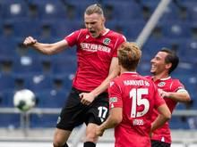 Marvin Ducksch (l.) jubelt mit Timo Hübers (M.) und Edgar Prib über den Freistoßtreffer zum 1:0