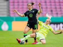 Zeichnet kein gutes Bild vom deutschen Frauen-Fußball: Wolfsburgs Nationalspielerin Anna Blässe (l)
