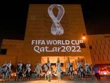 An die Fassade des Gebäudes in Souq Waqif Doha, der Hauptstadt von Katar, wird das Logo der Fußball-Weltmeisterschaft in Katar 2022 projiziert