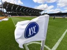 Eine Flagge mit dem Logo von Karlsruher SC ist im Stadion mit leeren Tribünen zu sehen