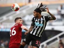 Newcastles Valentino Lazaro (r.) im Kopfballduell mit Liverpools Andrew Robertson