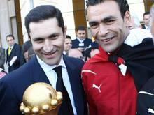 Ägyptens damaliger Präsident Mubarak (l) posiert 2010 mit dem Pokal für den Sieg im Afrika-Cup
