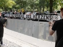 Fans von Hannover 96 stehen am VIP-Eingang des Stadions vor dem Spiel Spalier