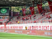 Mit einem Transparent üben die Fans vom 1. FC Union Berlin Kritik an den Fußball-Verbänden