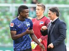 Gut gemacht: Hertha-Coach Bruno Labbadia beglückwünscht Neuzugang Jhon Córdoba