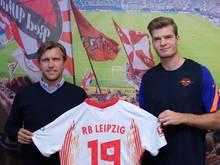 RB-Sportdirektor Markus Krösche (l) mit Neuzugang Alexander Sörloth